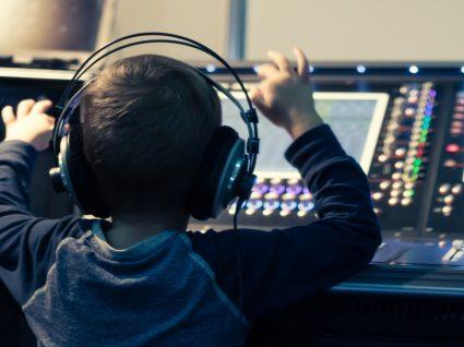 criança num estúdio de rádio