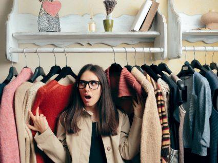 Mulher a renovar o guarda-roupa
