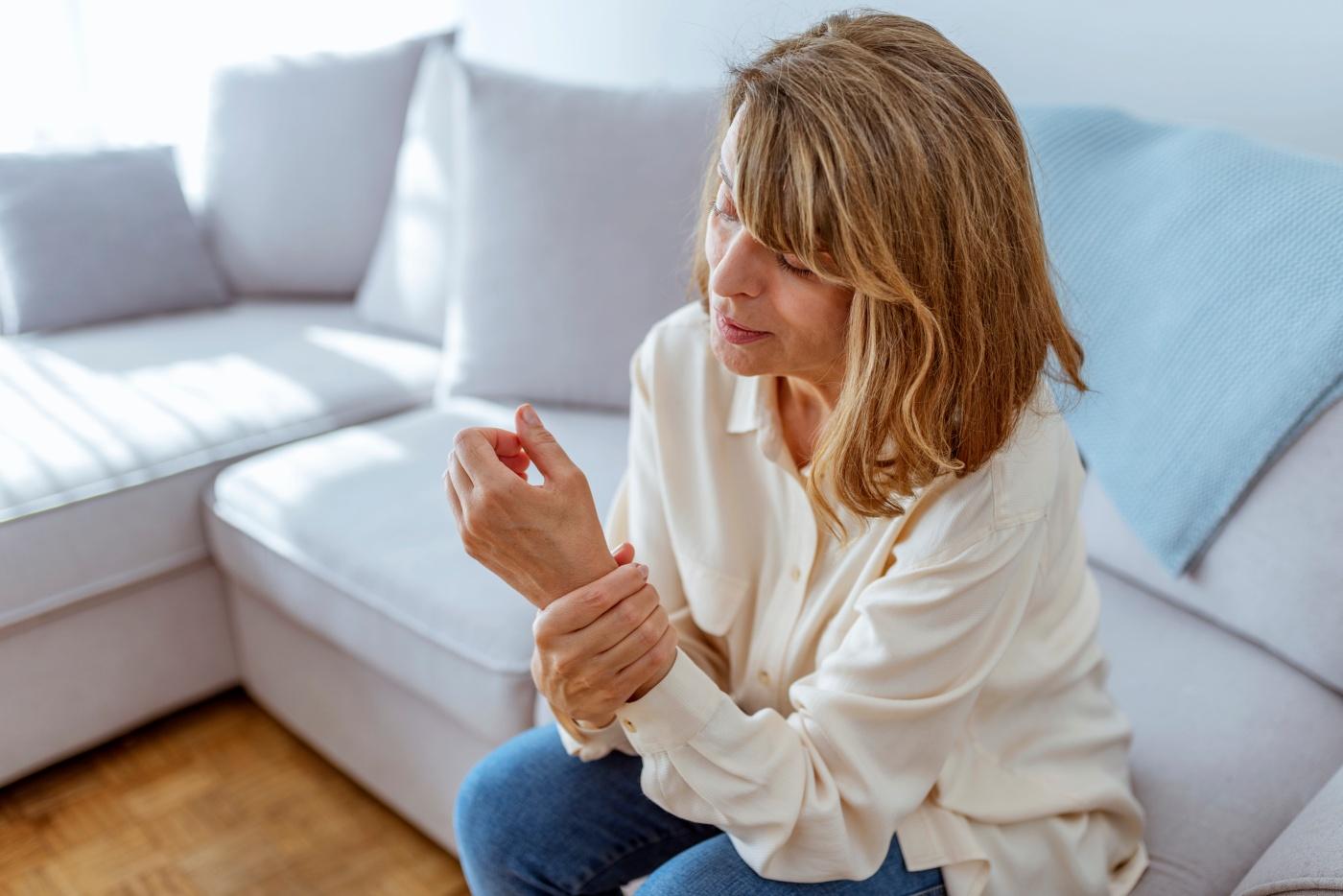 mulher com artrite reumatóide
