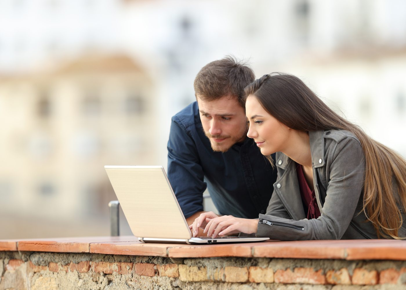 Casal em busca melhores sites para comprar voos baratos