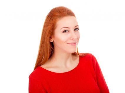Mulher a experimentar penteados para diferentes tipos de rosto