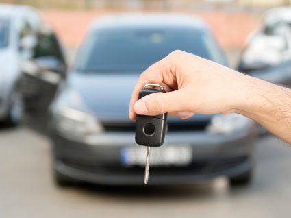 pessoa a comprar um dos carros usados até 2 500 euros