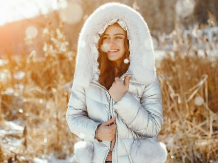 Mulher com casacos de inverno baratos