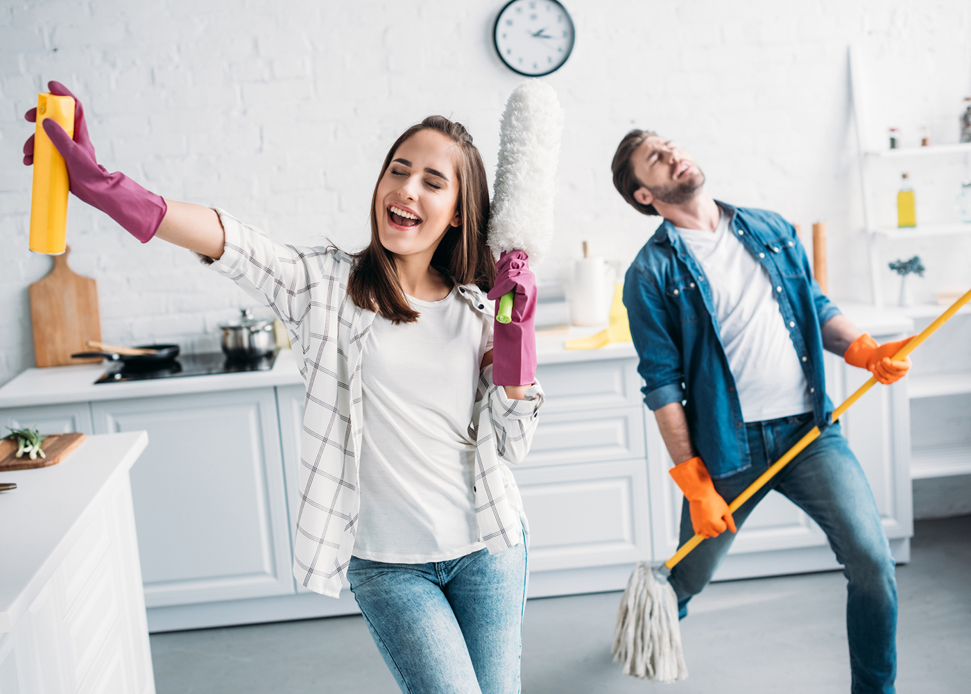 casal a arrumar a casa