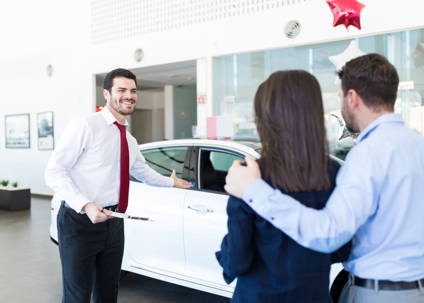 vendedor a mostrar carro novo