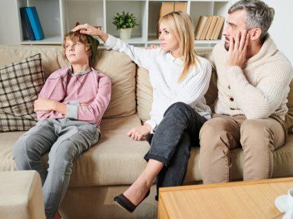 pais a conversar com filho