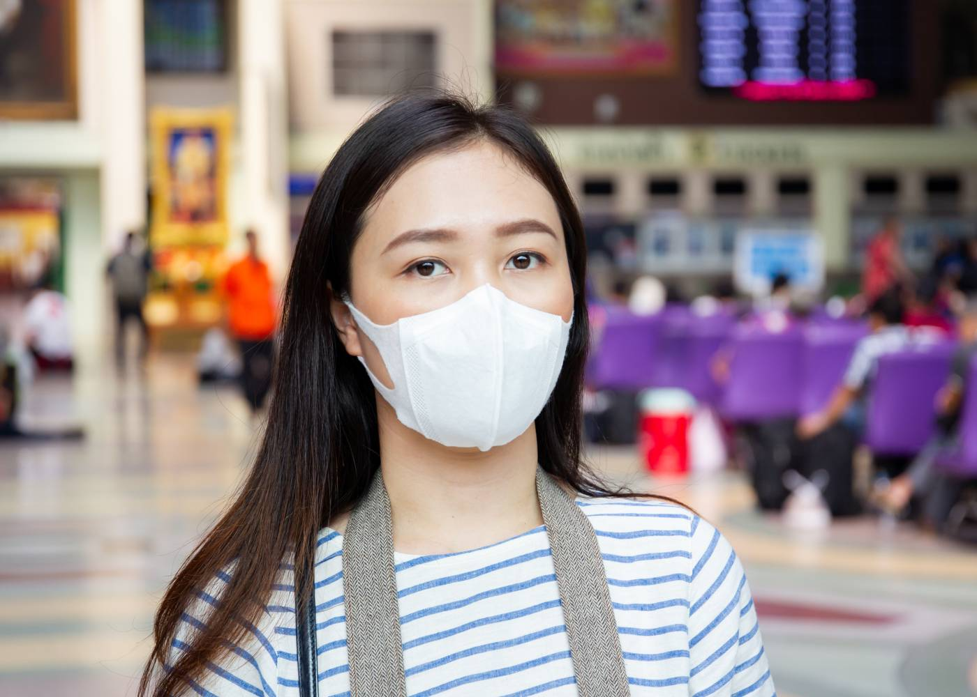Mulher protege-se do coronavirus