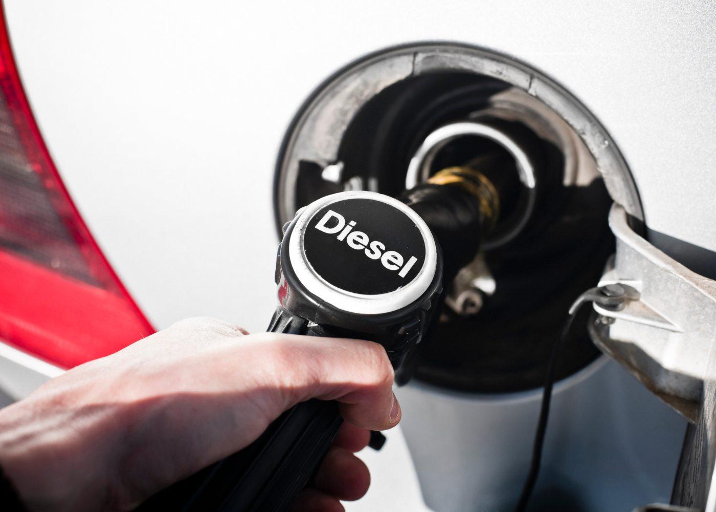 pessoa a abastecer diesel em carro