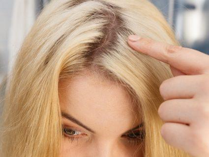 Mulher a disfarçar raízes escuras no cabelo