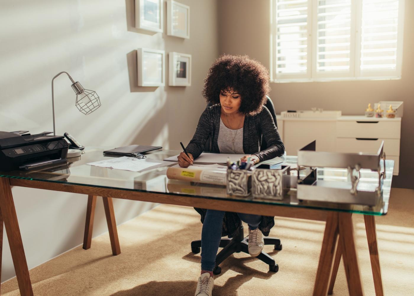 mulher a trabalhar em escritório em casa