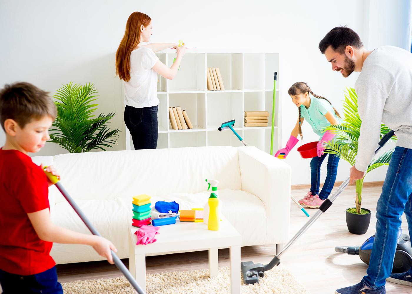 família a arrumar a casa