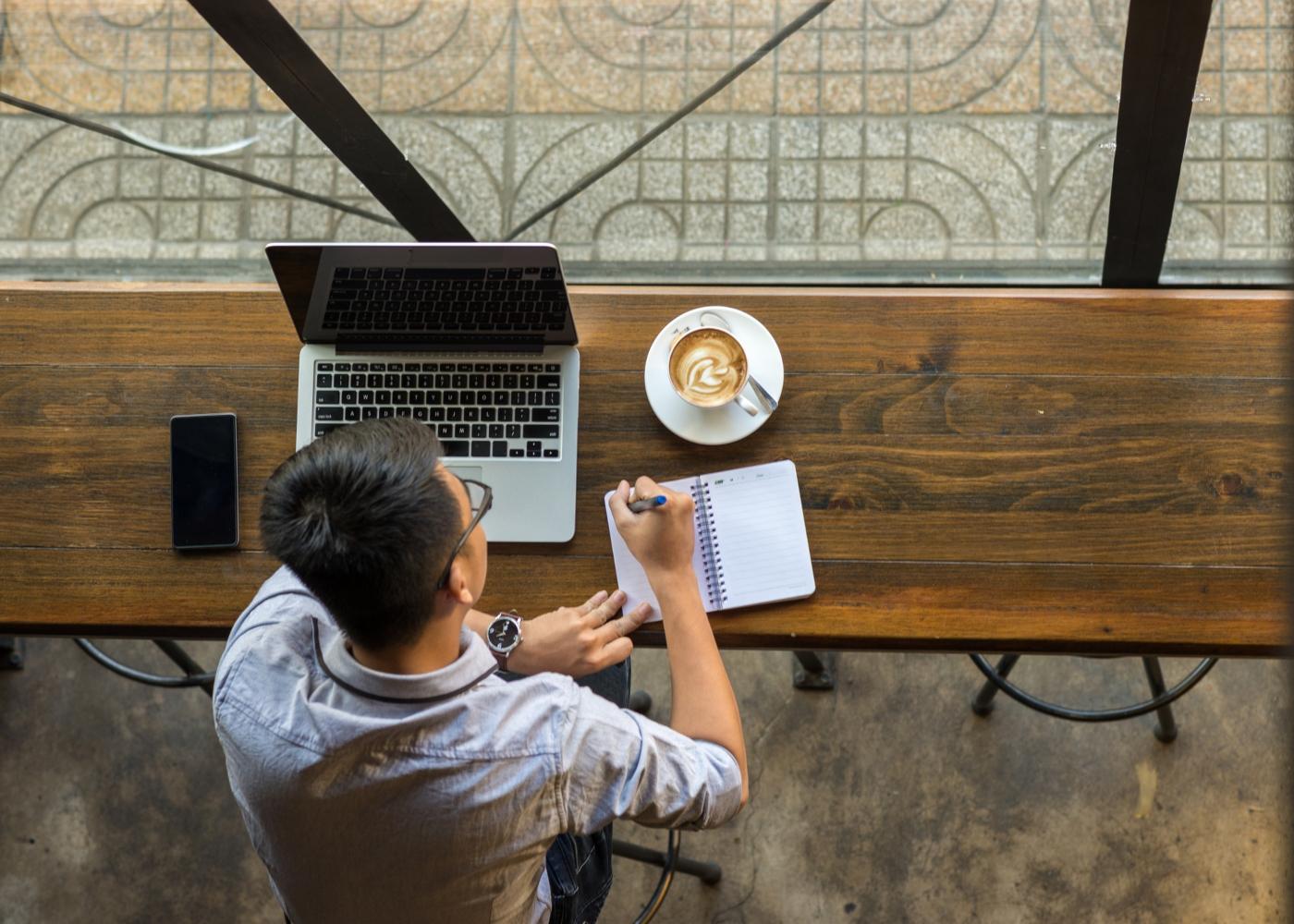 freelancer a trabalhar em café