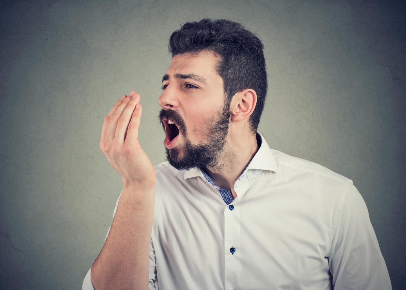 Homem a inspeccionar mau hálito