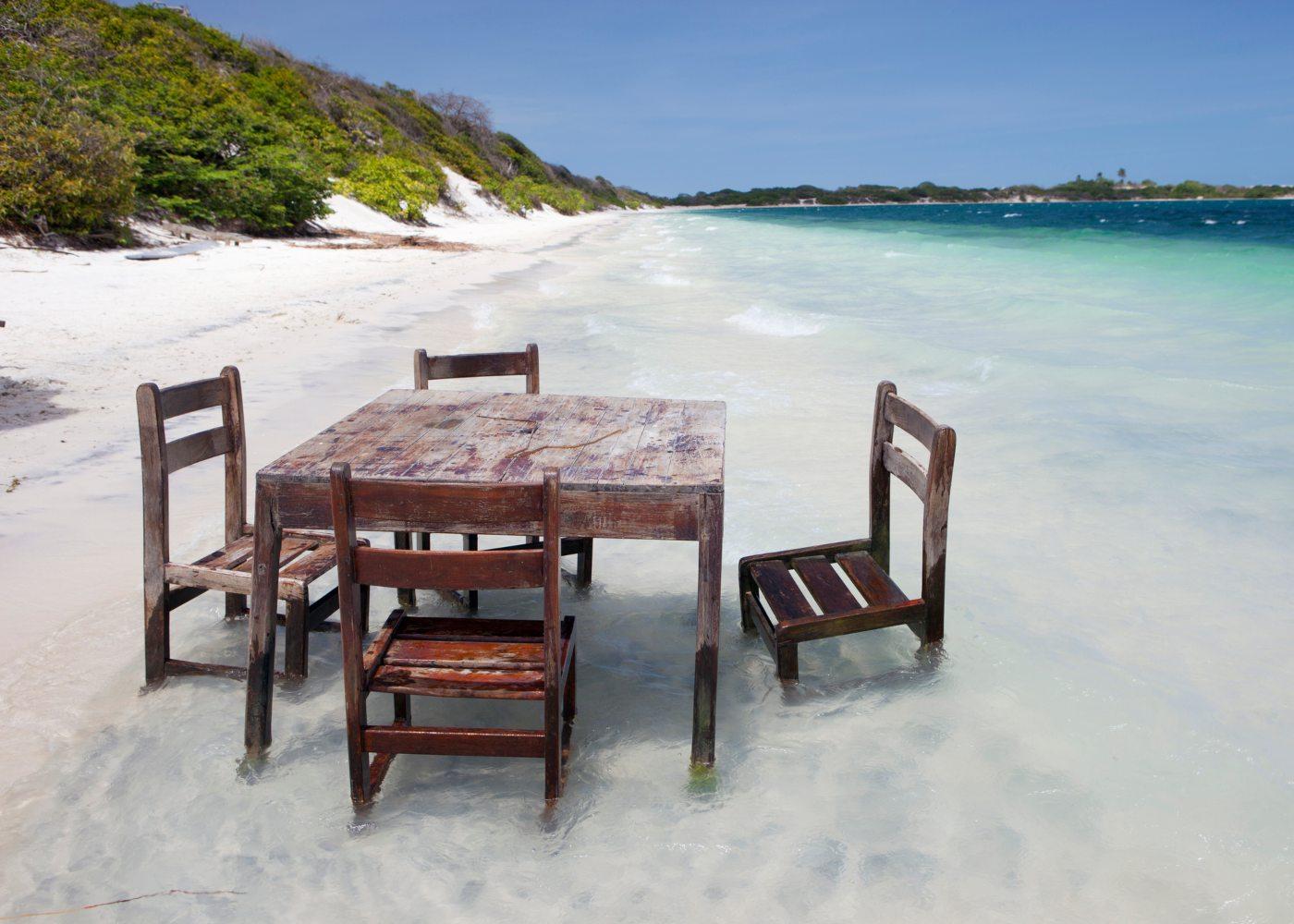 Mesa e cadeiras nas águas de Jericoacoara