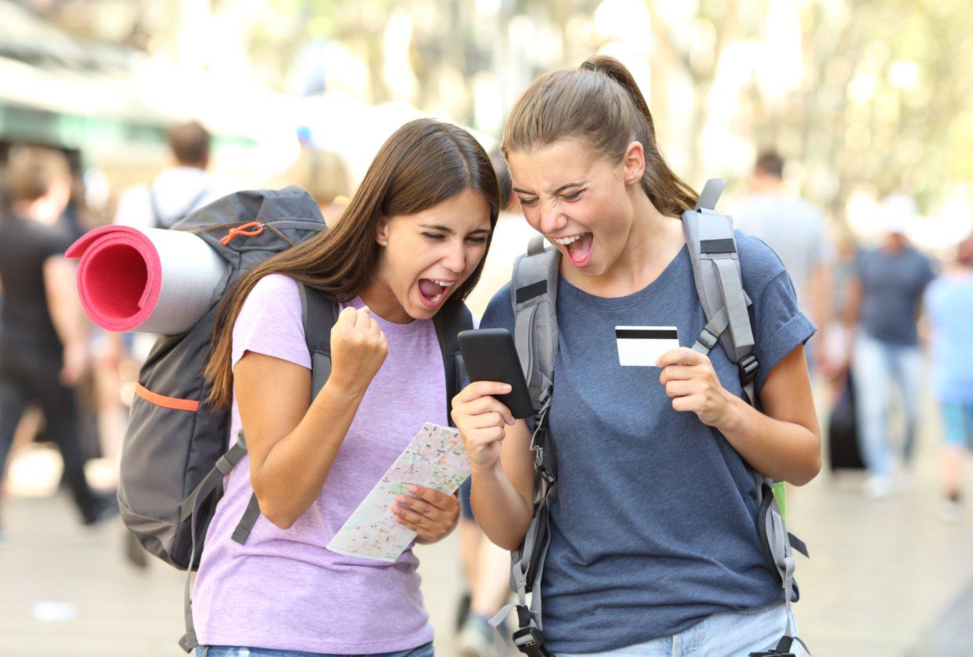 Jovens turistas a comprar voos baratos