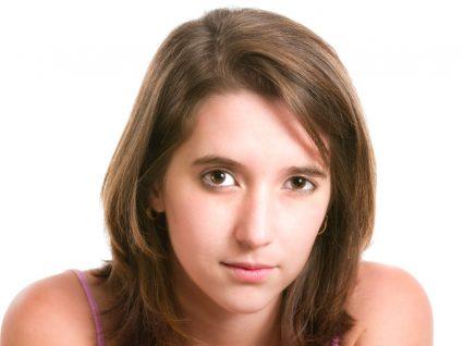 Mulher com olhos assimétricos