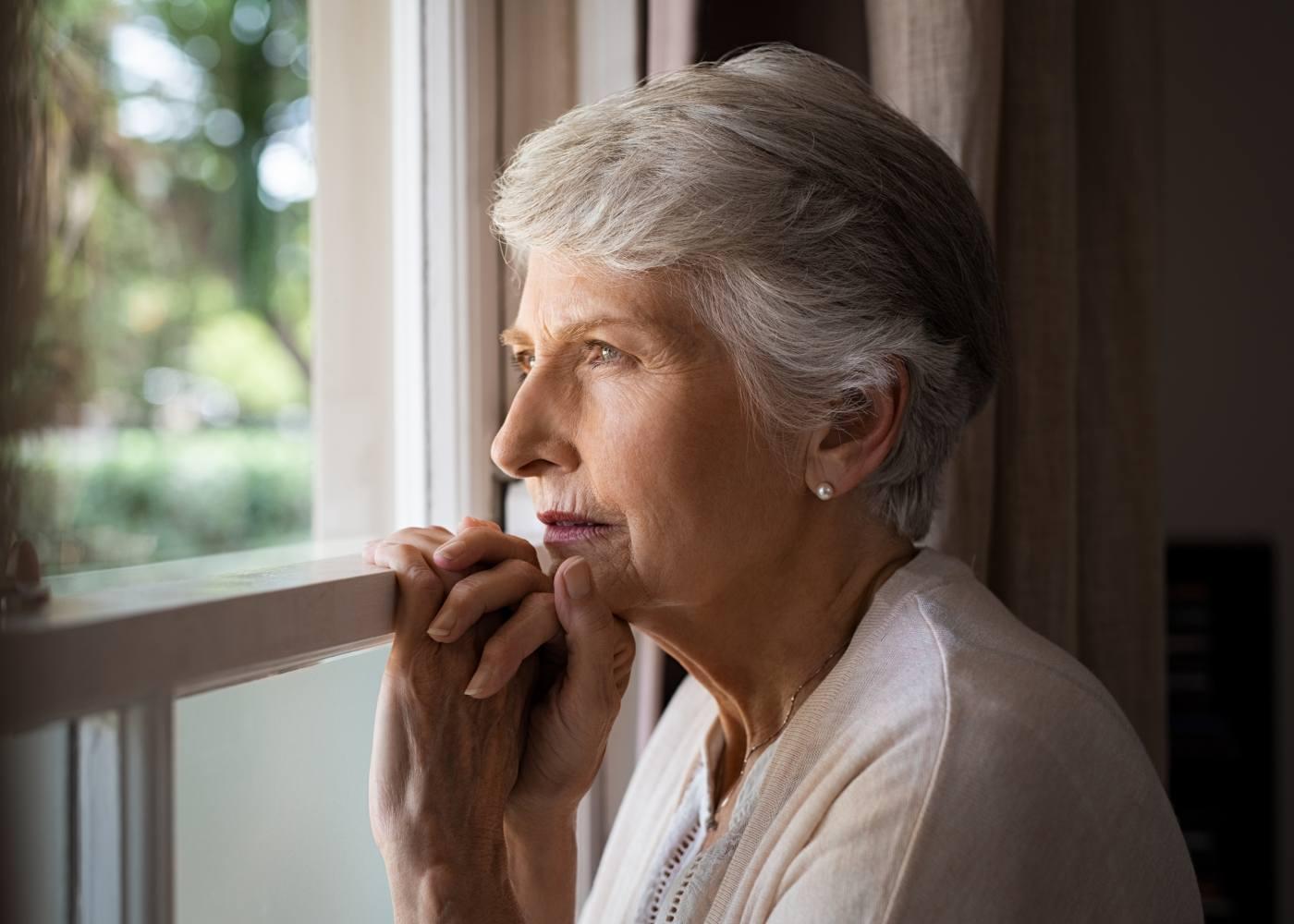 Mulher a pensar no testamento vital