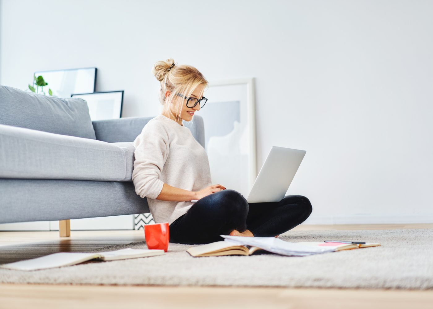 Mulher a utilizar excel e powerpoint grátis