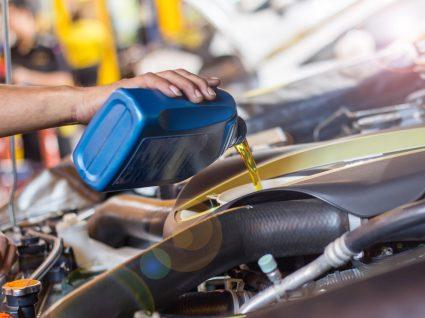 homem a adicionar óleo a motor