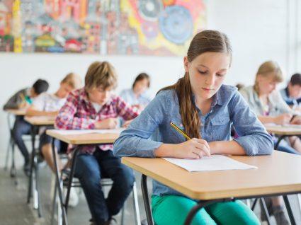 alunos na sala de aula a fazer exercício