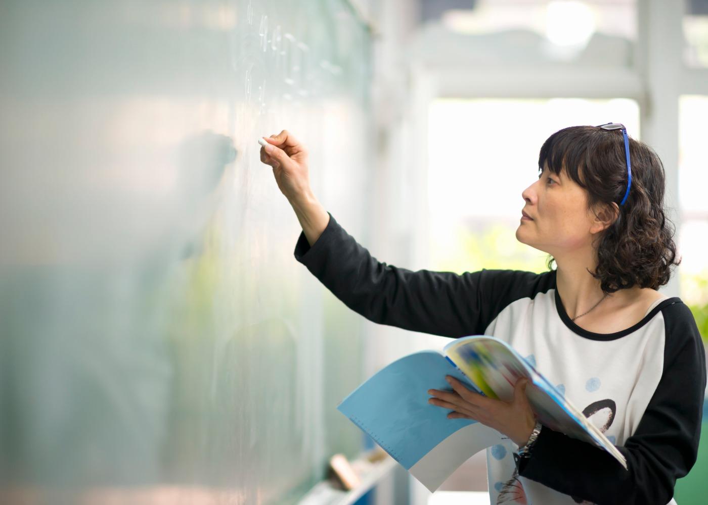 professora a escrever no quadro