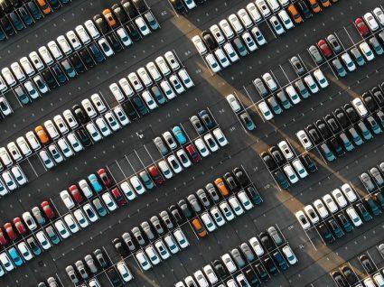 parque de estacionamento com carros