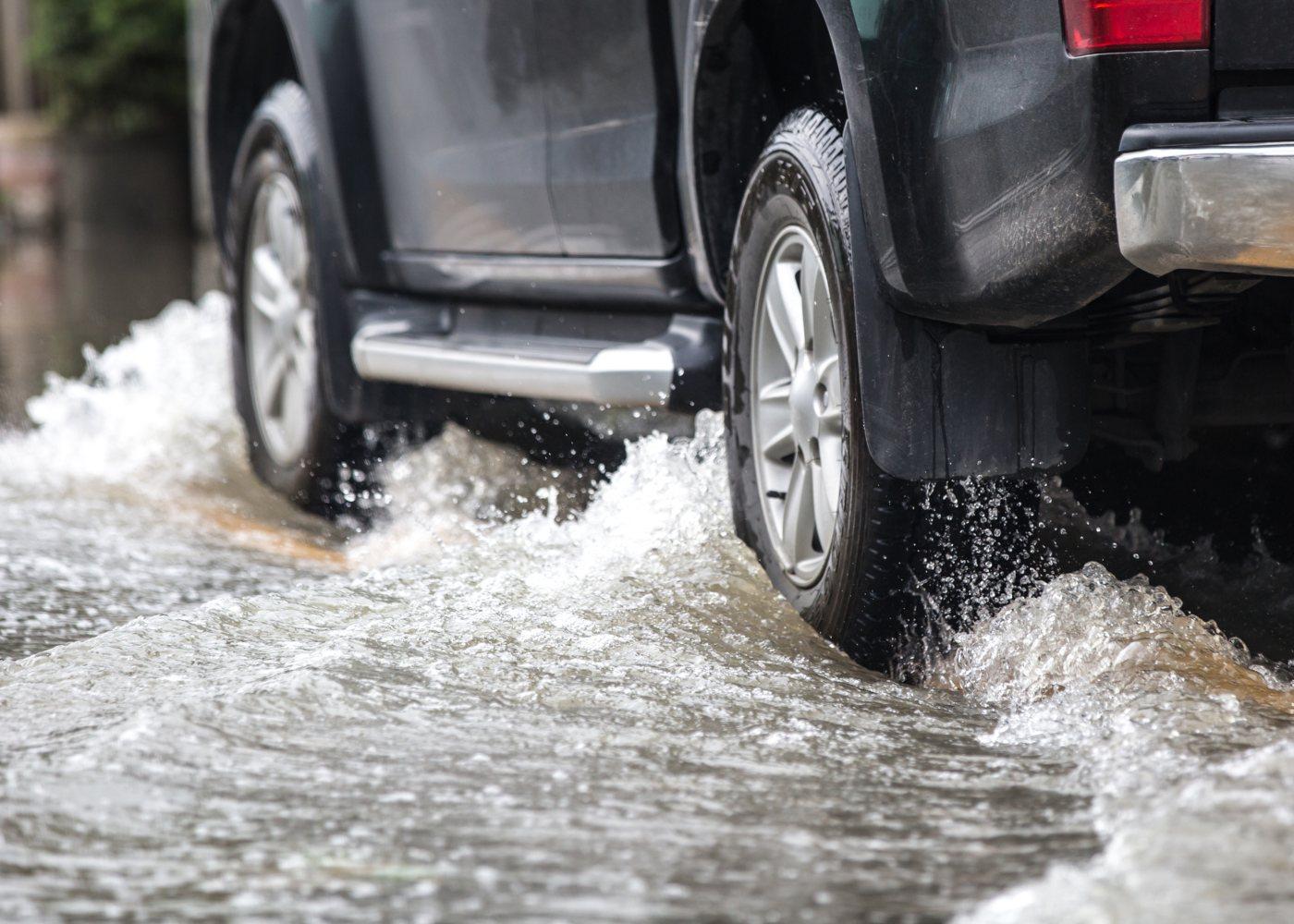 carro a andar sobre poça de água