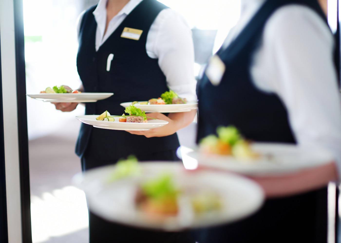 staff de catering a servir um jantar