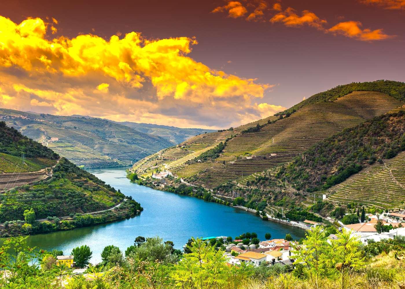 Paisagem do Douro vinhateiro para conhecer Portugal