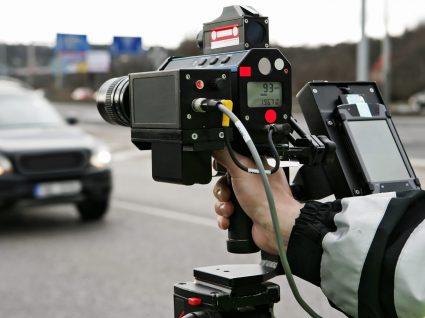 policia a controlar a velocidade dos carros com um radar