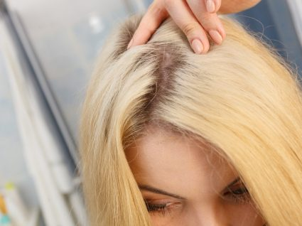 Disfarçar as raízes escuras do cabelo
