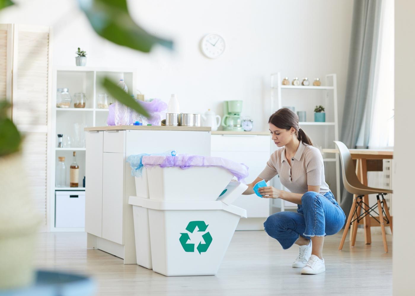Mulher a separar resíduos domésticos