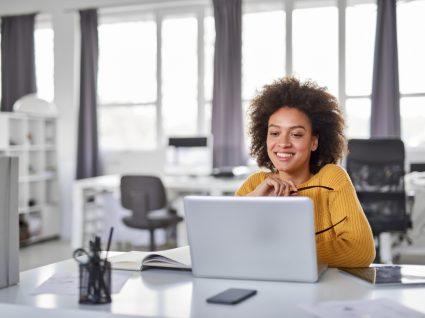 mulher feliz a reinventar a carreira