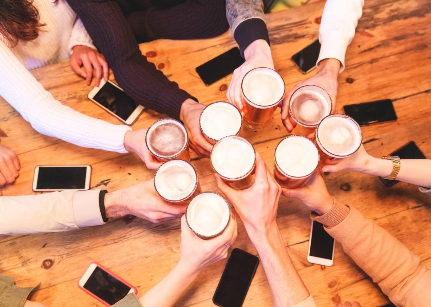 Amigos a beber cerveja em Londres