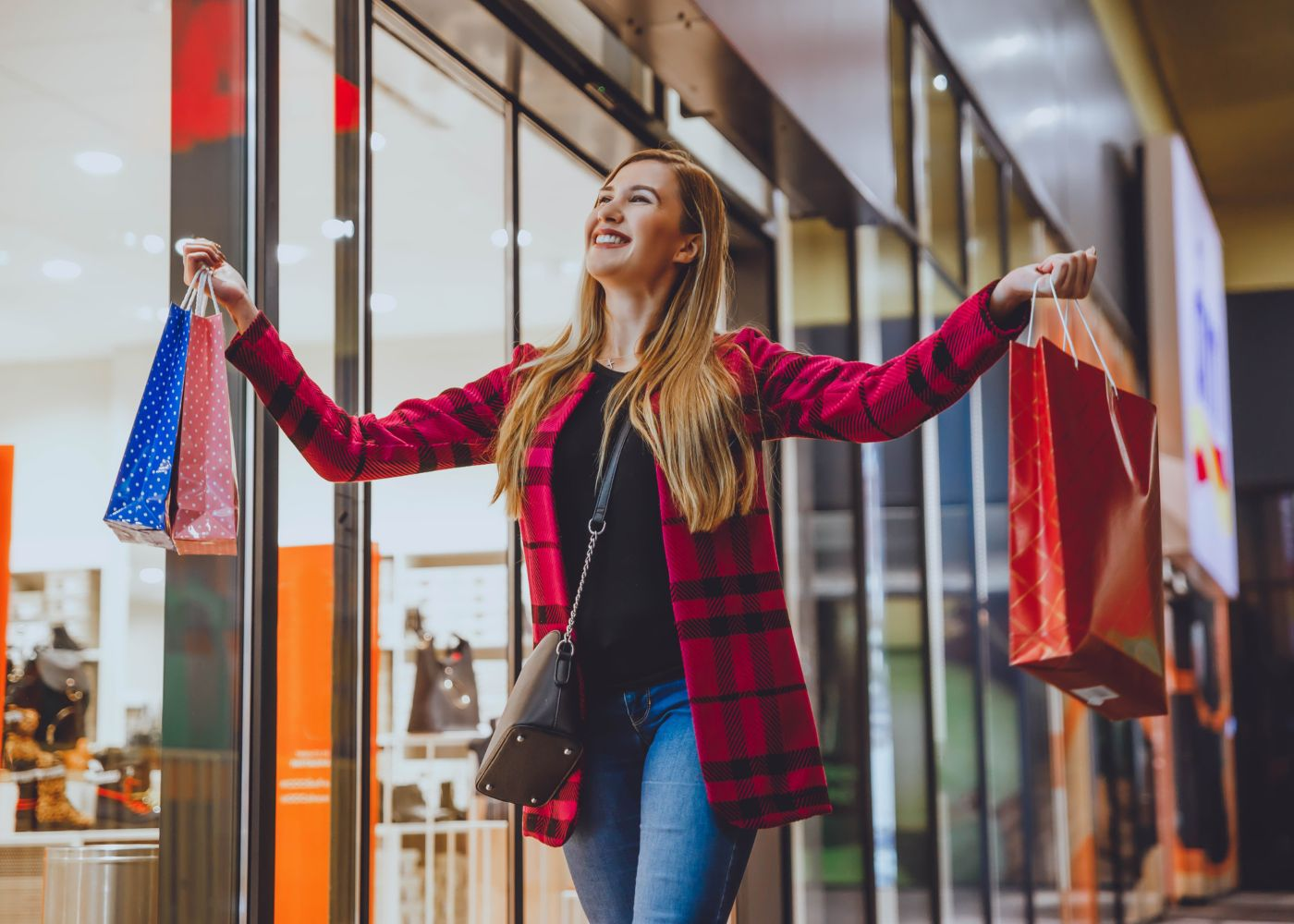Mulher a fazer compras de roupa