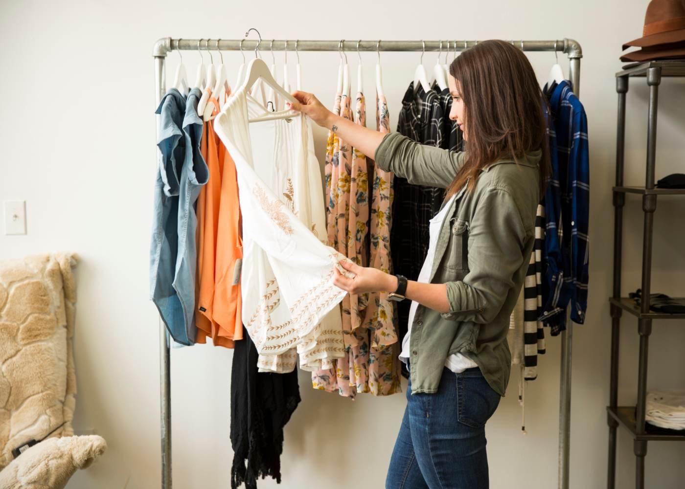 Mulher a comprar roupas baratas