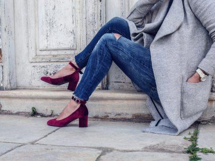Mulher com sapatos de tacão tão confortáveis como ténis