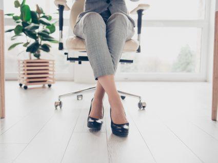 Mulher com sapatos para trabalhar