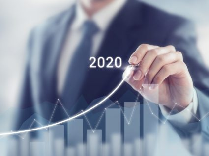 pessoa a analisar a evolução do mercado em 2020