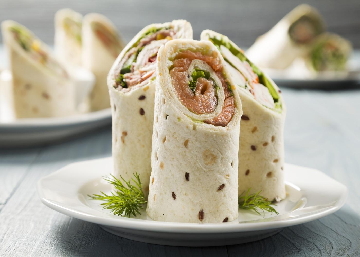 Wrap de salmão, queijo cottage e hortelã