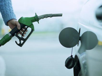 Mulher a abastecer depósito do carro com gasolina