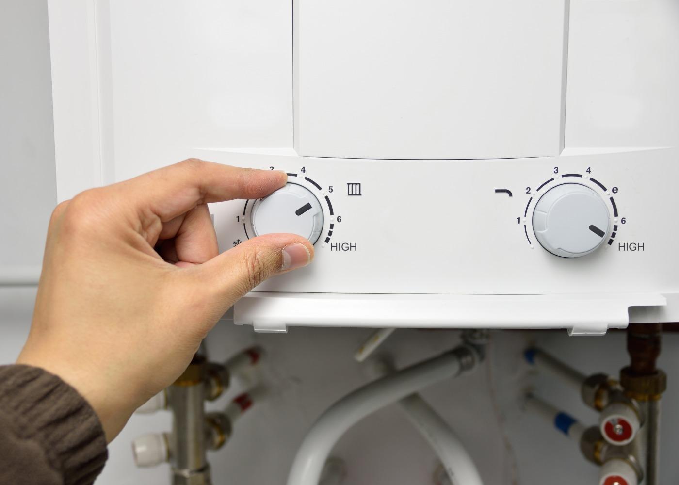 pessoa a regular água quente no esquentador