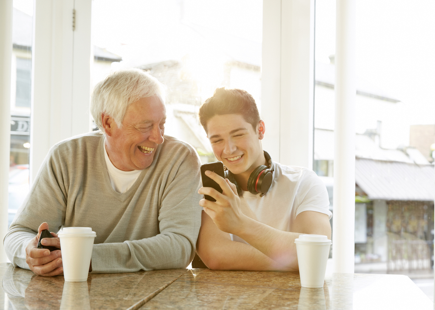 avó e neto a olhar para o telemóvel