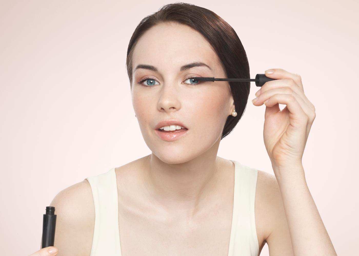Mulher a aplicar produtos de beleza