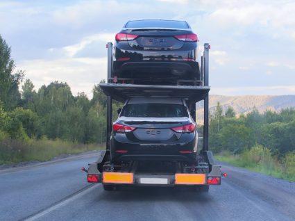 Camião a transportar carros usados importados