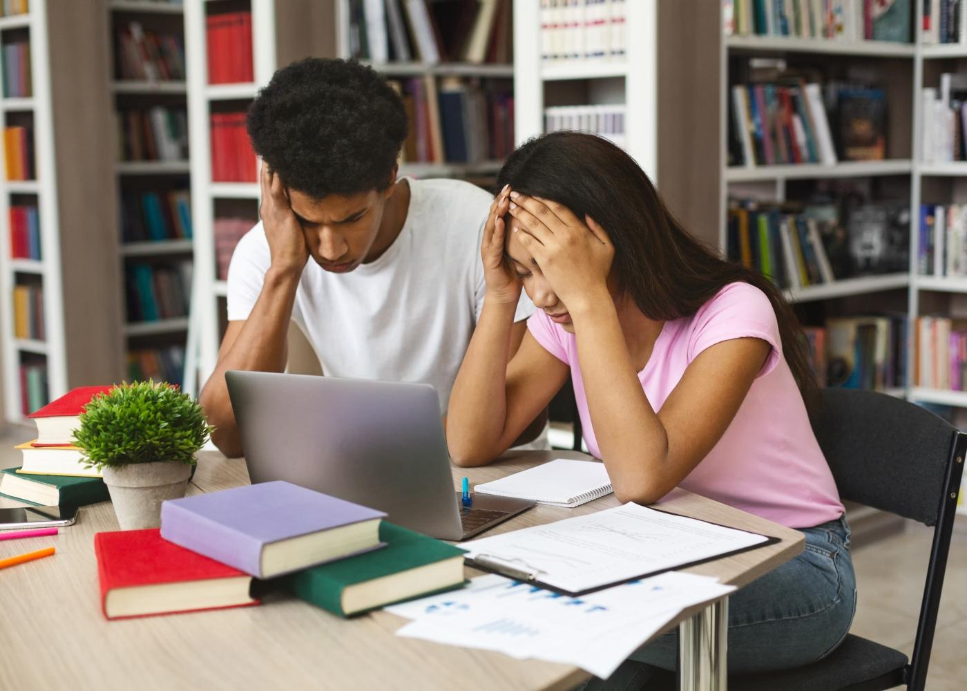 estudantes na biblioteca cansados