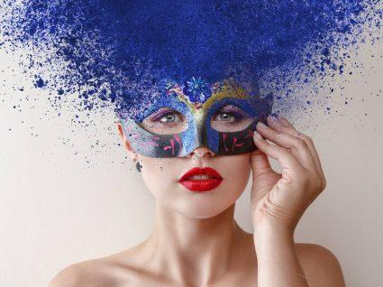 Jovem mulher com maquilhagens de carnaval