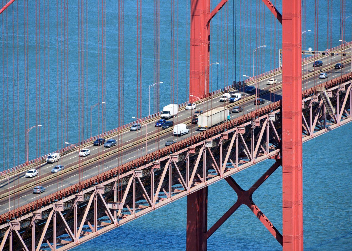 Carros a circular numa ponte
