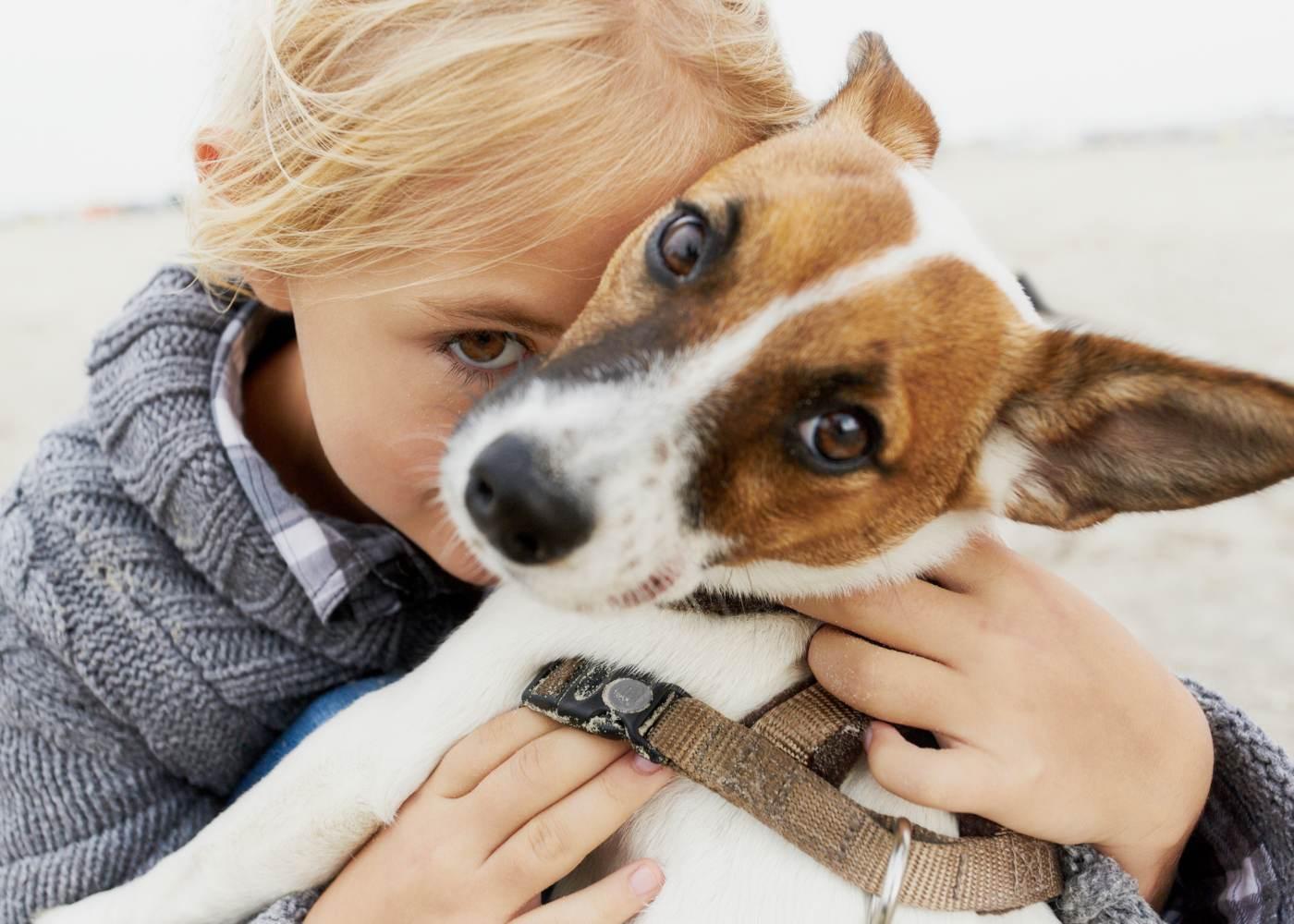 Criança com o seu pet de estimação