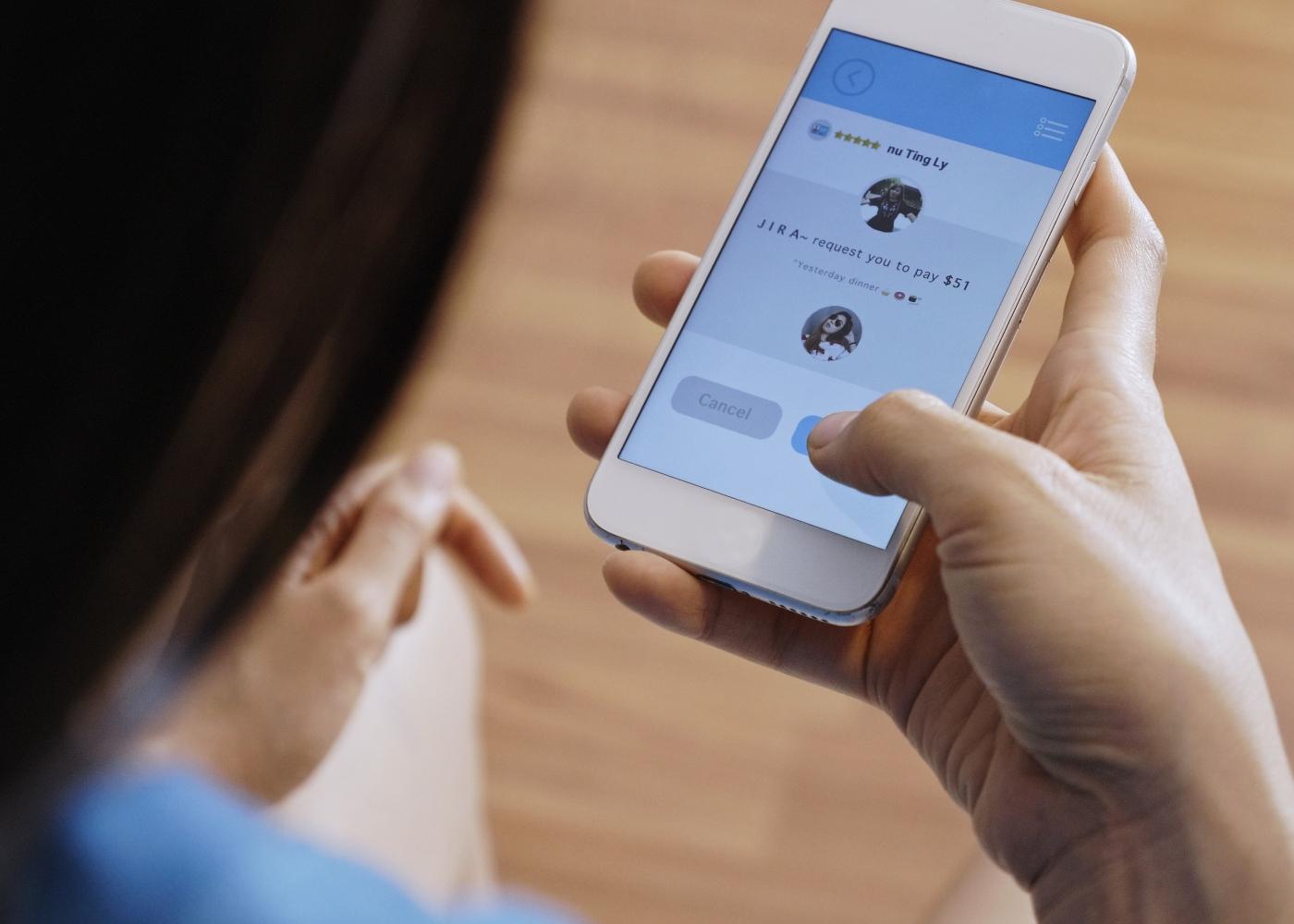 mulher a comprar algo através da aplicação no telefone